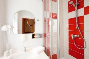 A bathroom at Hotel die kleine Sonne Rostock