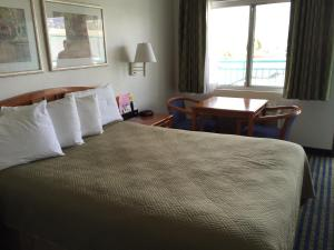 A bed or beds in a room at Travelodge by Wyndham Hollywood-Vermont/Sunset