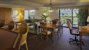 A restaurant or other place to eat at Crowne Plaza Hotel Mission Valley