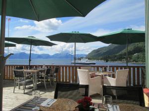 Ein Restaurant oder anderes Speiselokal in der Unterkunft Lavik Fjord Hotell