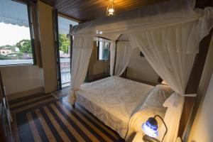 A bed or beds in a room at Pousada dos Quatro Cantos