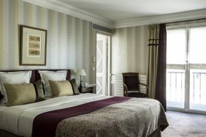 A bed or beds in a room at Hôtel Brighton - Esprit de France