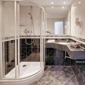 A bathroom at Motorsport Hotel
