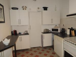 A kitchen or kitchenette at Limoux Vacances