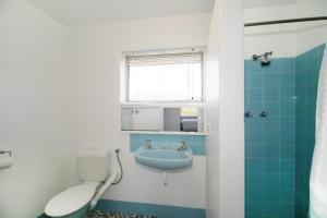 A bathroom at Acacia Holiday & Business Stay