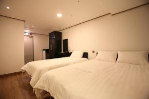 A bed or beds in a room at Myeongdong Mom House