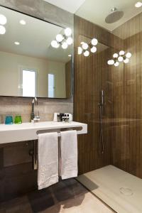 A bathroom at One Shot Colón 46