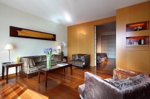 A seating area at Eurostars Grand Marina Hotel GL