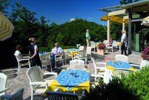 Ein Restaurant oder anderes Speiselokal in der Unterkunft Haus Hainstein