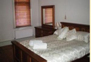 A bed or beds in a room at Gatehouse on Ryrie