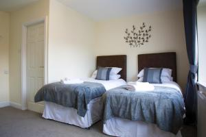 A bed or beds in a room at The George Carvery & Hotel