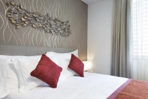 Łóżko lub łóżka w pokoju w obiekcie La Verda Suites and Villas Dubai Marina