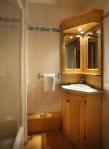 A bathroom at Chalet des Neiges Oz en Oisans