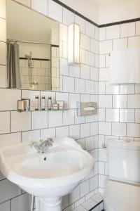 Um banheiro em Hôtel Basss