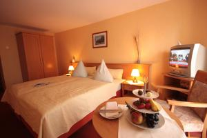 Ein Bett oder Betten in einem Zimmer der Unterkunft Landhotel Zur Guten Einkehr