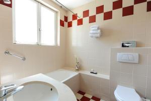 A bathroom at Le Grand Hotel