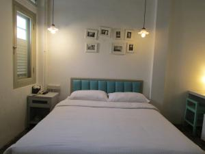 A bed or beds in a room at Kam Leng Hotel