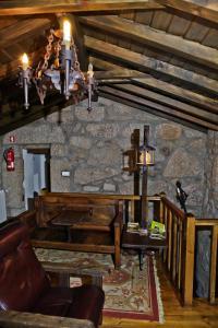 A seating area at Casas do Cavaleiro Eira