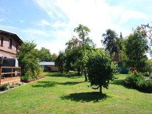 A garden outside Ferienhaus Hanna mit Sauna