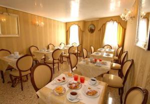 Um restaurante ou outro lugar para comer em Hotel Canal & Walter