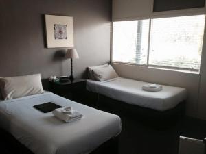 A bed or beds in a room at Motel Melrose