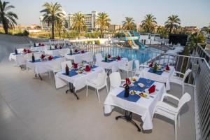 A restaurant or other place to eat at Palm World Side Resort & SPA