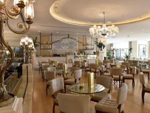 A restaurant or other place to eat at CVK Park Bosphorus Hotel Istanbul