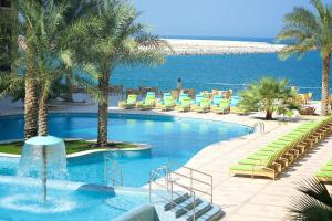 Бассейн в Marjan Island Resort & Spa Managed By Accor или поблизости