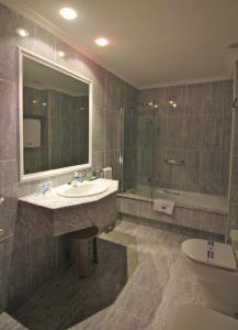 A bathroom at Hotel Carrís Almirante