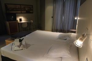 A bed or beds in a room at Hotel Carrís Almirante