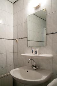 Een badkamer bij Hotel het Gemeentehuis Uithuizen
