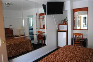 A television and/or entertainment centre at Rose Bowl Motel