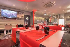 A restaurant or other place to eat at Hotel Inn Design Paris Place d'Italie (ex Timhotel)