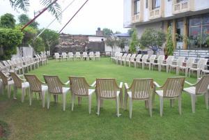 Сад в Madhuvan Hotel