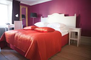 Säng eller sängar i ett rum på Hotel Hellstens Malmgård