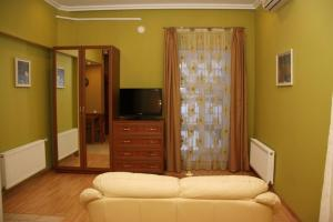 A television and/or entertainment center at Apartments on Voroncovskiy Lane