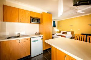 A kitchen or kitchenette at Park Beach Resort Motel