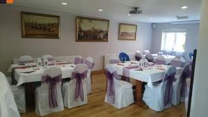 A restaurant or other place to eat at Brambletye Hotel