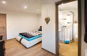 Łóżko lub łóżka w pokoju w obiekcie Pension Zum Hirsch