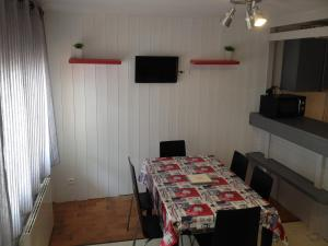 A television and/or entertainment center at Appartement Richelieu
