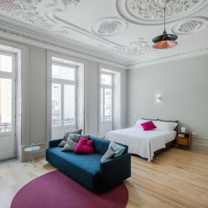 A bed or beds in a room at Baumhaus Serviced Apartments
