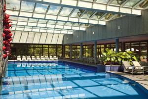 A piscina localizada em Grande Hotel Campos do Jordao ou nos arredores