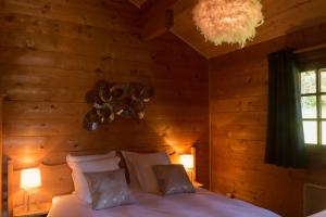 A bed or beds in a room at Le Petit Skieur B&B