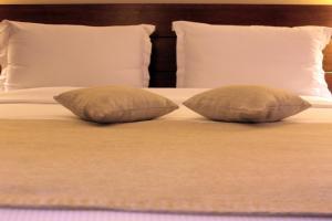 سرير أو أسرّة في غرفة في فندق كوزموبوليتان