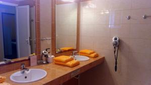 A bathroom at Toroni Bay Studios