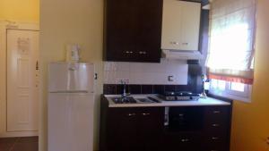 A kitchen or kitchenette at Toroni Bay Studios