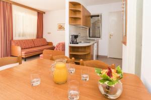 A kitchen or kitchenette at Apartments Polynesia Plava Laguna