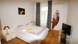 A bed or beds in a room at Apartment Expert-City New Arbat