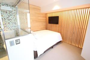 A bed or beds in a room at Shibuya Hotel En