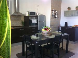 A restaurant or other place to eat at Genista Apartment